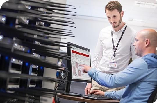 5Gデバイスを検証する2人のエンジニア