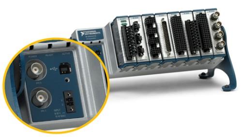 cDAQ-9178의 전원, BNC 트리거 라인 및 고정 USB 포트를 보여주는 확대 화면