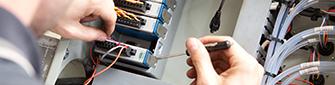 一位工程师将C系列模块连接到compactdaq系统